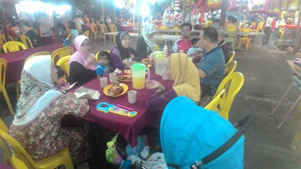 Sekeluarga Makan di Medan Selera di Crysal Bay