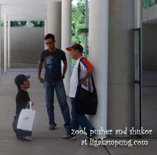 Gambar aku berborak dengan Shukor ketika kali pertama berjumpa di Gathering Gengblogger, Putrajaya 2010