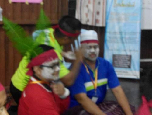 Muka dimekap putih laksana Qu Puteh bagi menjayakan aktiviti lakonan filem P Ramlee