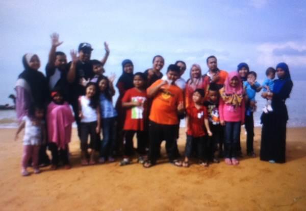 Bergambar bersama keluarga
