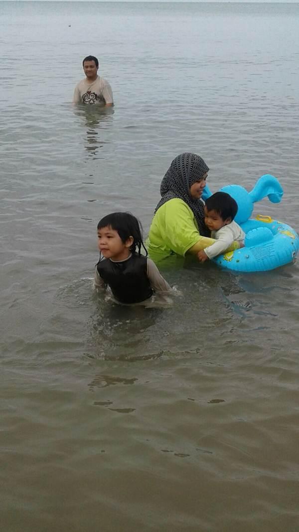 Menjadi pemerhati tatkala adik bermain dengan anaknya
