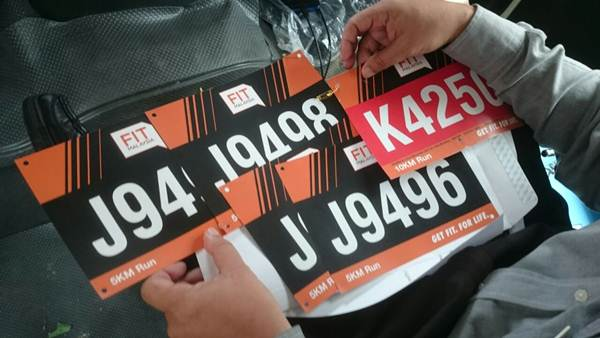 Bib nombor larian. AKu yang nombor mula huruf K tu.