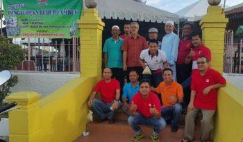 Bergambar kenangan dengan ahli jawatankuasa masjid
