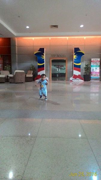 Budak kecil berjalan-jalan di ruang lobi MITC. Suka dia jalan sebab luas