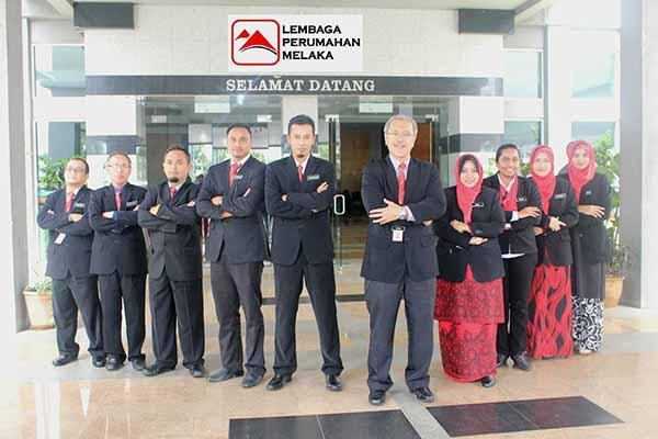 Gambar ala-ala drama oleh ketua unit Lembaga Perumahan Melaka