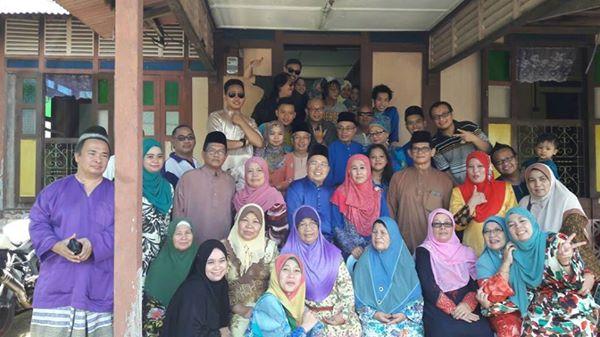 Bergambar bersama keluarga besar