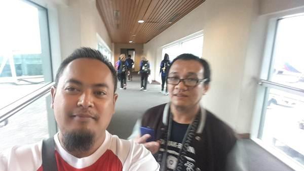Bergambar sebelum meninggalkan lapangan Terbang Kuching