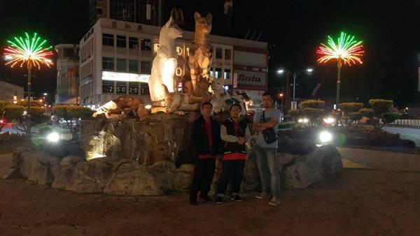 Gambar dengan patung Kuching di jalan sebelum ke Hotel Abell