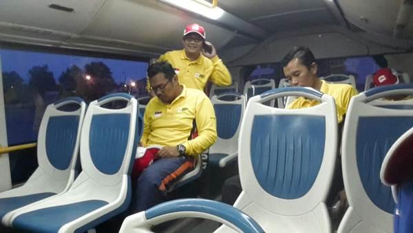 Menaiki bas ketika raptai untuk perarakan Hari Merdeka 2016 di Dataran Pahlawan, Melaka
