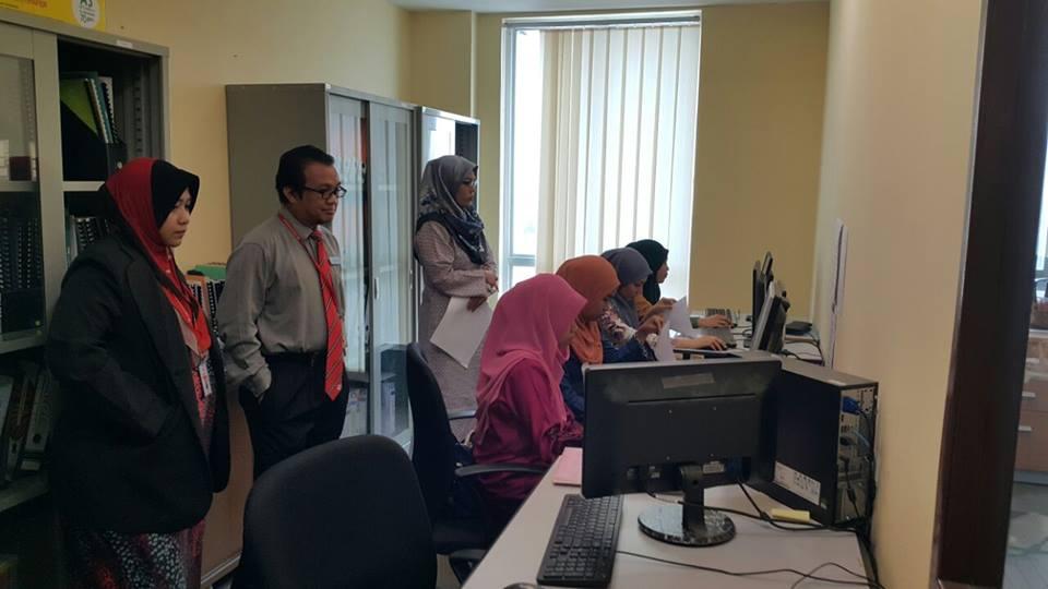 Ujian menaip oleh calon untuk perkhidmatan pengisian data