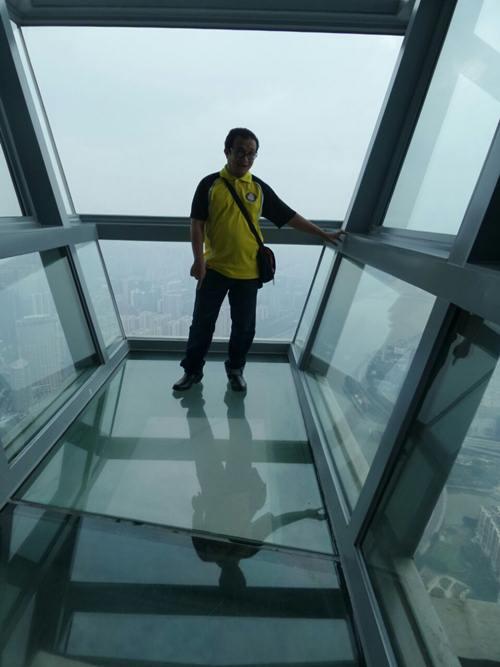 Di Canton Tower di belah kaca di bawah. Yang gayat memang tak sanggup sebab 90 tingkat tu