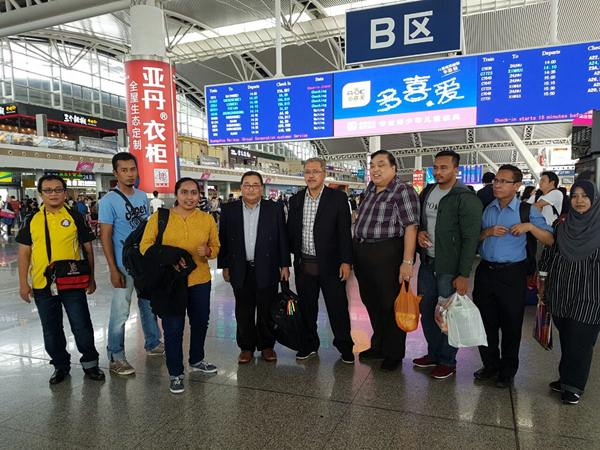 Menunggu di Stesen Keretapi Laju ke Shen Zhen